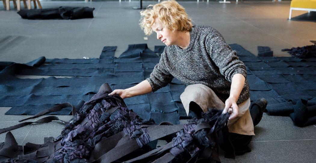 Claudy Jongstra aan het werk. Foto: David Vroom/ Museum De Lakenhal, Leiden