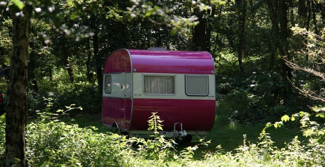 De roze caravan duikt op de mooiste plekken op. Een echte blikvanger, waarin je kunt genieten van een high tea. Foto: High tea on Wheels.