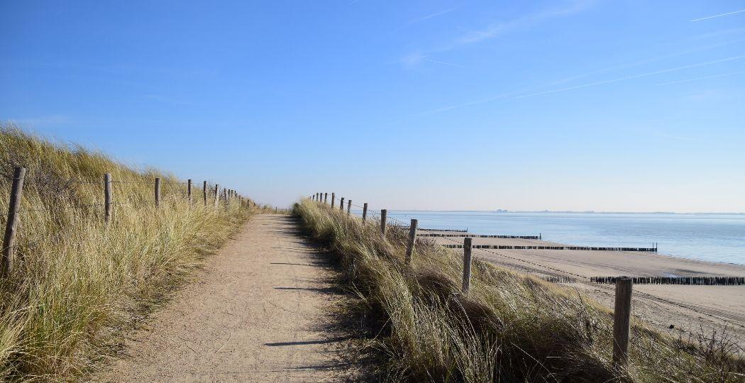 Een strandwandeling in de winter is altijd een goed idee. Foto: DagjeWeg.NL
