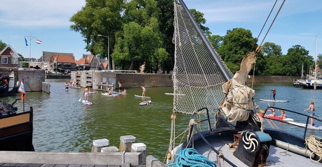 Een van de hoogtepunten van Hoorn: de levendige havens met historische schepen en modern vertier. Foto: DagjeWeg.NL © Tonny van Oosten