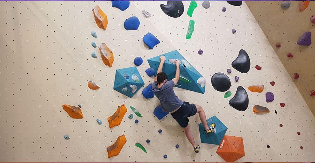 Het is soms een hele puzzel om boven te komen, maar dat maakt boulderen juist leuk. Foto: DagjeWeg.NL/Nikki