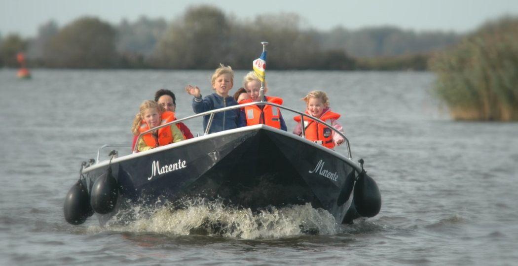 Met een bootje van Turfskip het water op: het populairste Friese dagje uit in 2020. Foto: Turfskip