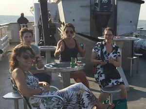 Vier je groepsuitje op zee.
