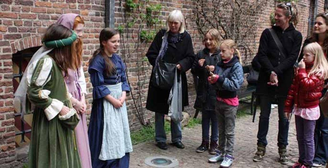 Jonge gidsen vertellen de leukste verhalen over de bewoners van het kasteel. Foto: Muiderslot