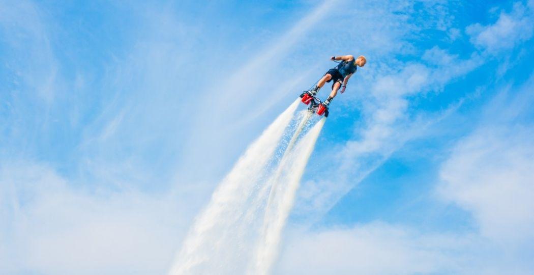 Spectaculaire stunts door professionele flyboarders zijn deze zomer te zien op het privéstrand van het Dolfinarium. Foto: Dolfinarium Harderwijk.