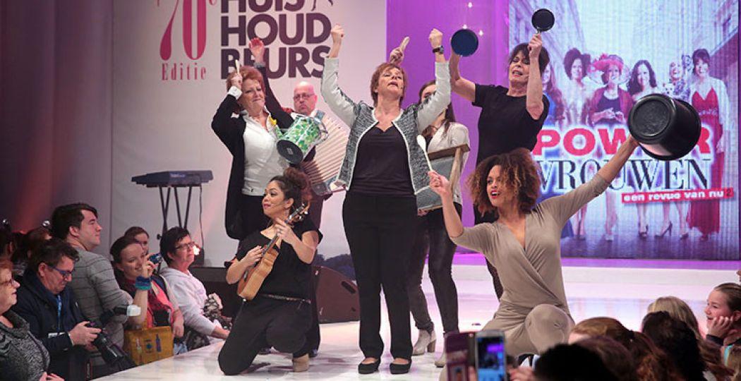 Een act voor vrouwen, door vrouwen. Met een dikke knipoog! Foto: Huishoudbeurs 2015.