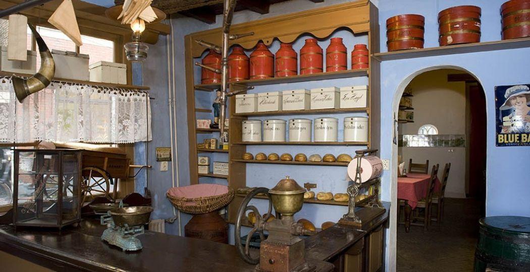Buiten is het koud en guur, maar hier in de keuken is het heerlijk warm en ruikt het naar warme broodjes. Foto: Nederlands Bakkerijmuseum.