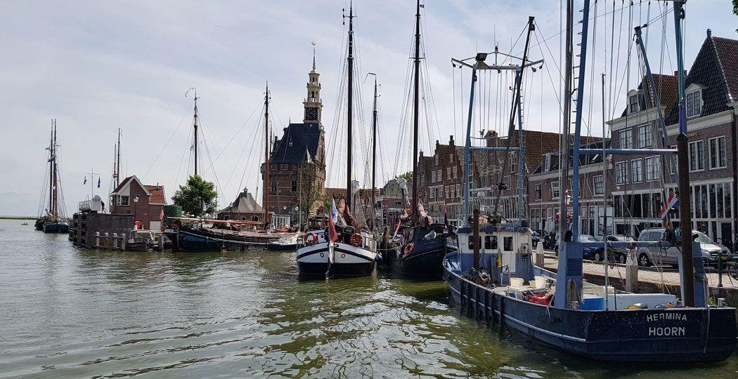 Breng voor een verrassend dagje stad een bezoekje aan Hoorn met haar levendige havens. Foto: DagjeWeg.NL © Tonny van Oosten