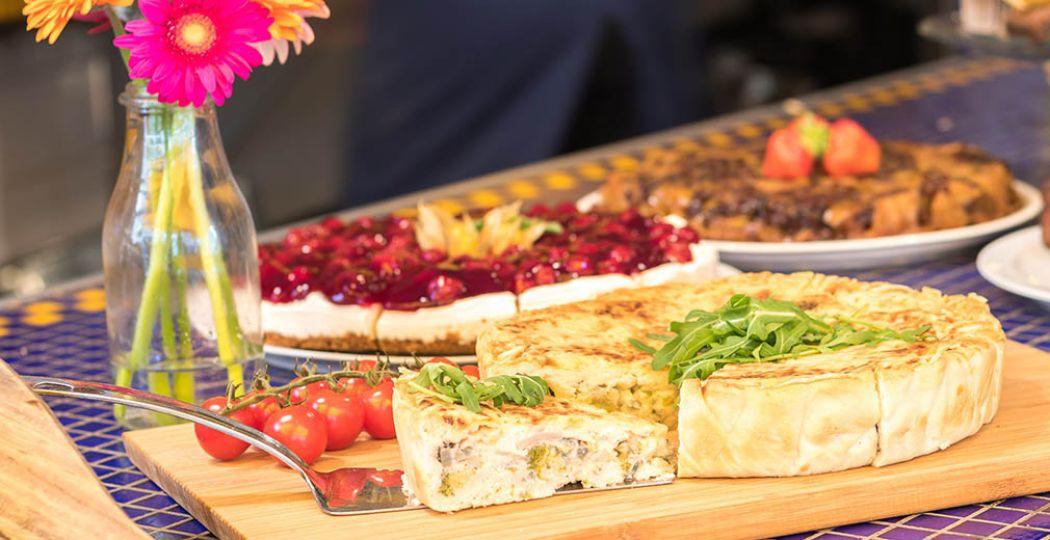 Ontbijt, brunch, lunch of koffie met een taartje tussendoor: samen eten schept een band! Foto: Croissanterie Pigalle in Groningen.
