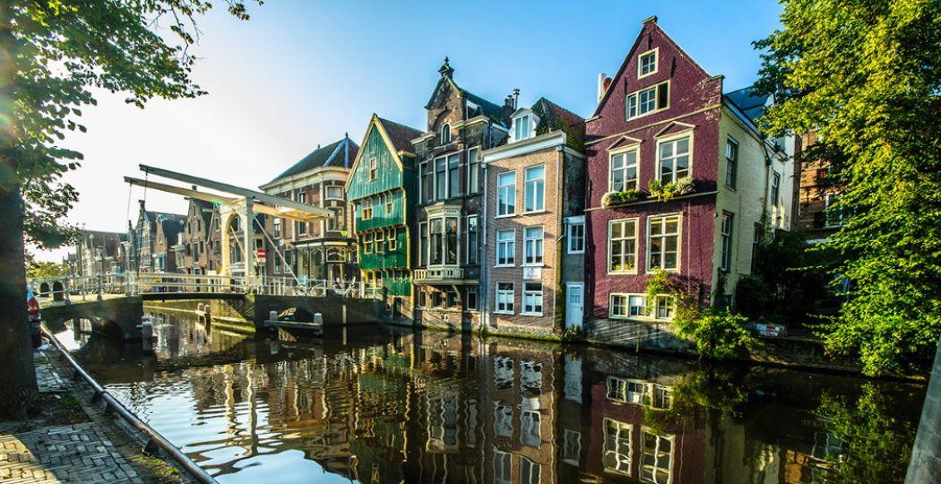 Spot je de kogel op het huis met de groene gevel? Foto: Ritske Velstra / via Alkmaar Prachtstad