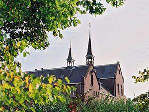 De achterkant van het klooster, met een stukje van de tuin. Foto: Het Klooster Breda