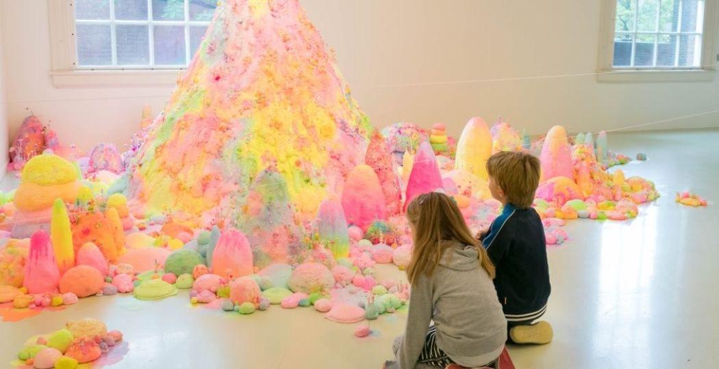 Bergen van suiker. Foto: Stedelijk Museum Schiedam © Kim van Dee