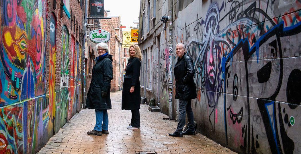 De gidsen en initiatiefneemster van de muzikale stadswandeling 'Van Bach tot Bowie in Groningen. v.l.n.r. Yvonne van den Berg, Ellis Hendriksen en Peter van der Heide. Foto: Ronald Lowijs
