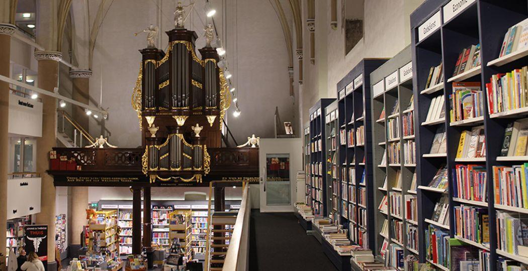 Rijksmonument, historische kerk, boekenwinkel, brasserie: Waanders In de Broeren is een veelzijdige hotspot in Zwolle. Foto: DagjeWeg.NL.