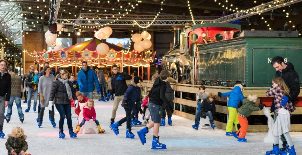 Geniet in de kerstvakantie van winterse gezelligheid in Het Spoorwegmuseum, met als hoogtepunt de schaatsbaan. Foto: Het Spoorwegmuseum.