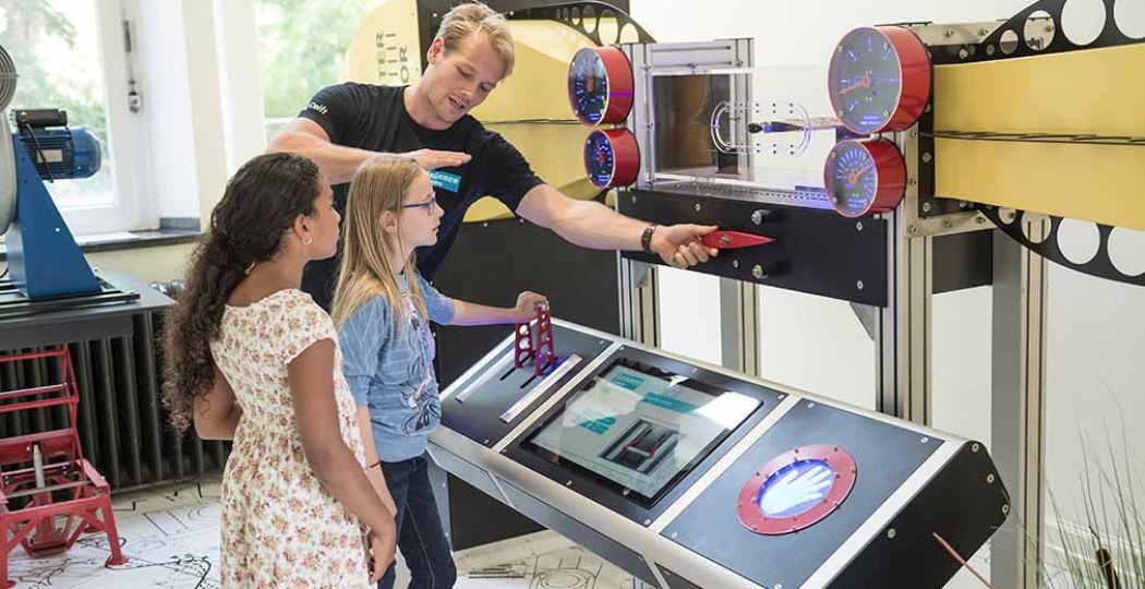 Studenten van de TU Delft helpen kinderen graag verder met alle leuke proefjes en opdrachten. Foto: Het Science Centre Delft © Marcel Krijger.