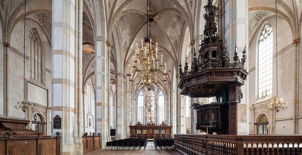 Bekijk het prachtige interieur van de nieuwste kerk in het Grootste Museum van Nederland: Academiehuis Grote Kerk Zwolle. Met rechts de imposante preekstoel uit de zeventiende eeuw. Foto:  Frank Hanswijk