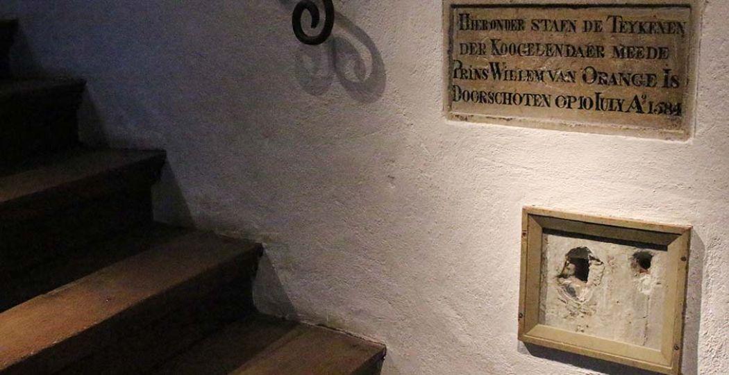 De kogelgaten in de muur van Museum Prinsenhof Delft. Foto: DagjeWeg.NL.