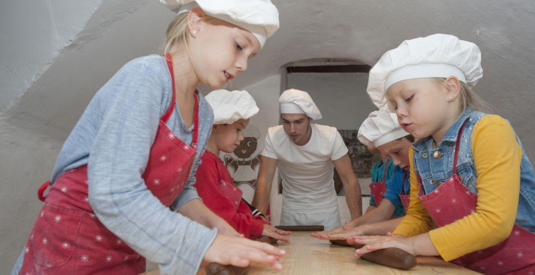 Gezellig samen lekkere dingen maken en daarna natuurlijk alles proeven! Foto: Nederlands Bakkerijmuseum.