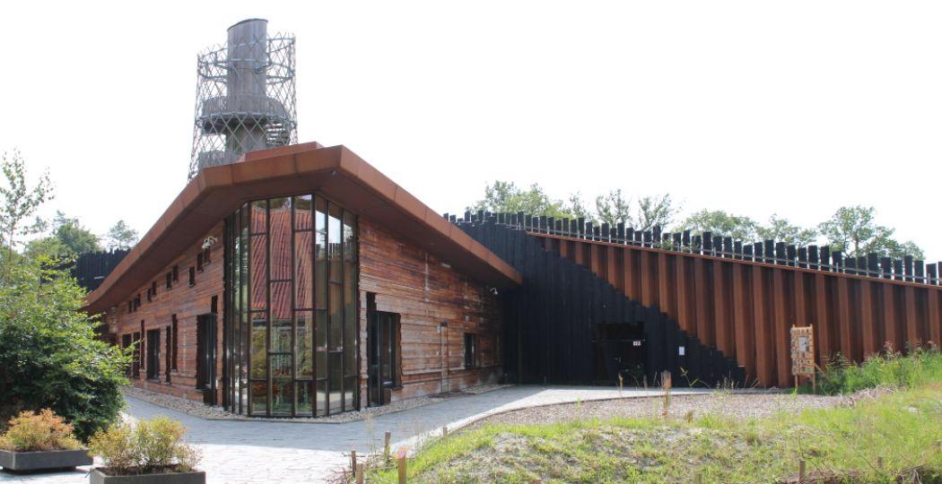 Het bijzondere gebouw van het Duurzaamheidscentrum Assen aan de rand van het Asserbos, gemaakt van gerecycled materiaal. Foto: DagjeWeg.NL.