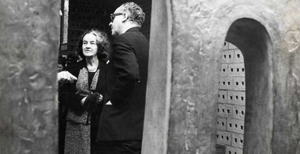 Barbara Hepworth in het Kröller-Müller Museum, in 1965.
