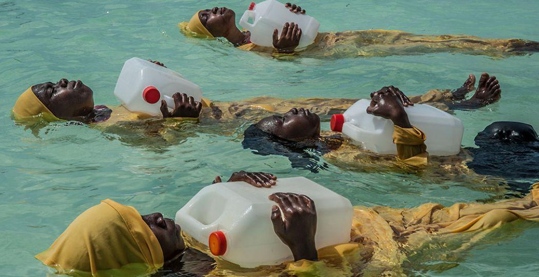 'Finding Freedom in the Water', meisjes van de Kijini Primary School leren zwemmen en anderen uit het water redden in the Indische Oceaan bij Muyuni Beach, Zanzibar. Foto: © Anna Boyiazis