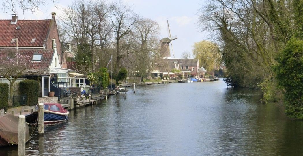 Rivier de Vecht in Utrecht slingert langs fraaie landerijen, kasteeltjes, theekoepeltjes en pittoreske dorpjes en stadjes. Foto: DagjeWeg.NL © Tonny van Oosten