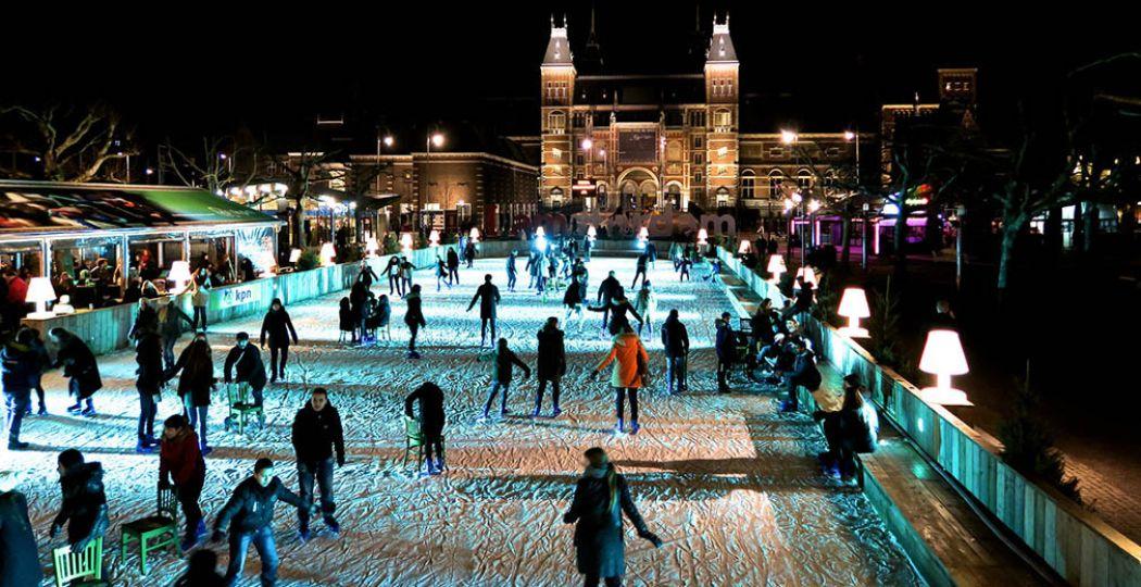 Samen schaatsen met uitzicht op het Rijksmuseum - inmiddels wel zonder 'iamsterdam'. © Fotograaf:  amsfrank . Licentie:  Sommige rechten voorbehouden . Bron:  Flickr.com .