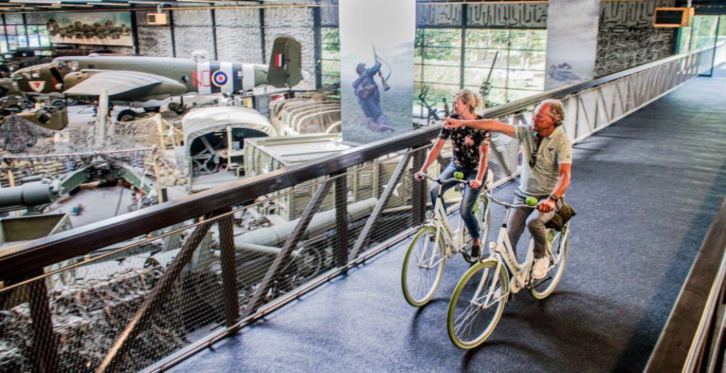 Op de 3 meter brede fietsbrug door het museum is in ieder geval genoeg ruimte om elkaar te passeren. Foto: Oorlogsmuseum Overloon