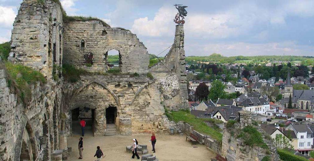 De Kasteelruïne in Valkenburg, met uitzicht op het vestingsstadje. Foto: Kasteelruïne & Fluweelengrot Valkenburg.