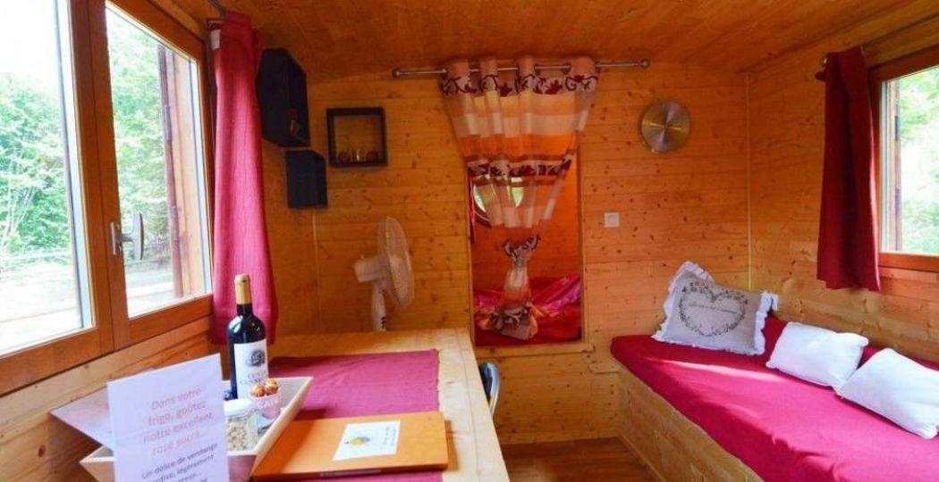 Wie verras jij met een bezoekje aan deze romantisch ingerichte huifkar? Foto: Le Tibou de Refuge.