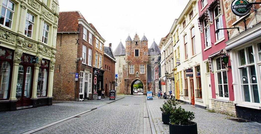In de pittoreske straatjes van Bergen op Zoom vind je veel toffe eettentjes. Zoals Andere Koek in de Lievevrouwestraat. Hun specialiteit: flammkuchen. Mmmm, weer eens wat anders dan een pizza. Foto: DagjeWeg.NL / Tonny van Oosten