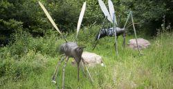Stap tussen enorme insecten