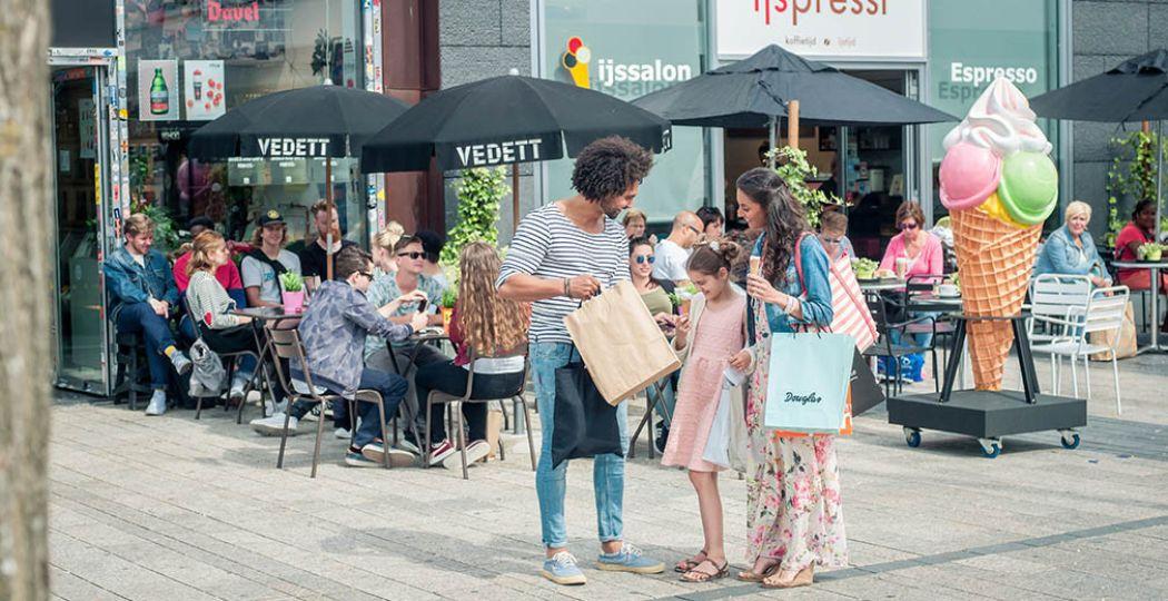 Met het hele gezin shoppen in Almere en genieten van een zomerse dag in de stad. Foto: Almere City Marketing.