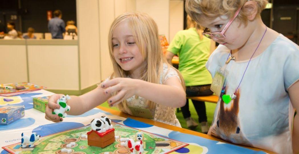 Kinderen vermaken zich op het Kinderplein. Foto: Spellenspektakel