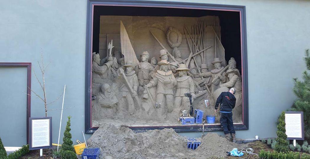 Hier nog in opbouw, maar de grootste Nachtwacht ter wereld moet voor 23 april weg van de gemeente. Foto: 't Veluws Zandsculpturenfestijn.