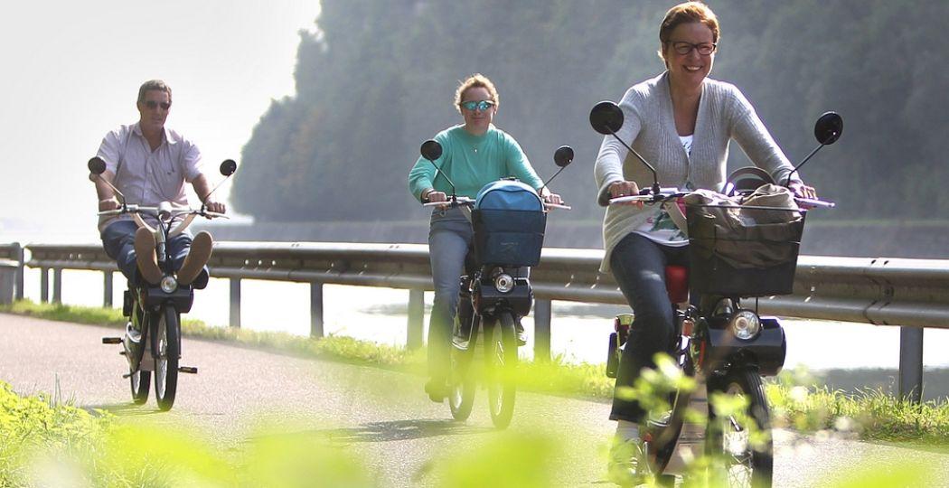 Lekker naar buiten met het mooie weer? Maak er een origineel dagje uit van en trek door de heuvels van Zuid-Limburg op een elektrische solex. Foto: Cycle Center verhuur