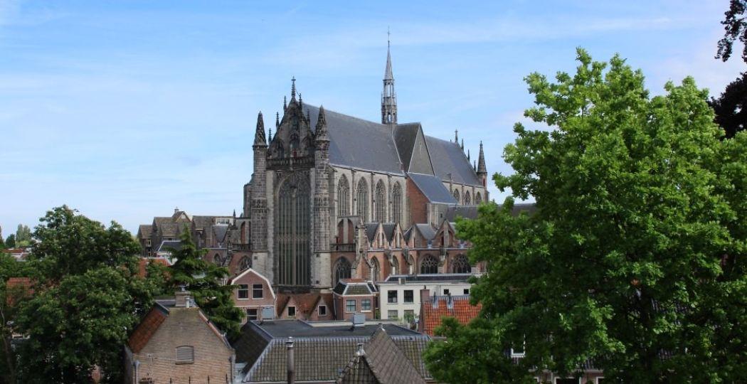 Vanaf de Burcht heb je uitzicht over de hele stad Leiden, waaronder de Hooglandse Kerk. Foto: DagjeWeg.NL.