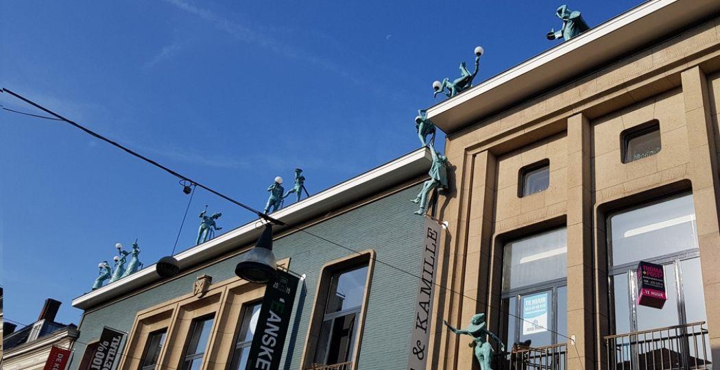 Voor een bijzondere stedentrip met van alles te doen ga je naar Enschede! Zo kom je overal in de stad unieke en vaak grappige kunst tegen, zoals deze beeldenreeks die al begint op straat met een omhoog turende man. Foto: DagjeWeg.NL / Tonny van Oosten