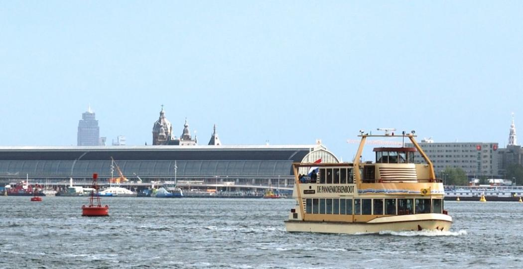 Geniet van een prachtig uitzicht over 't IJ. Foto: Pannenkoekenboot Amsterdam.