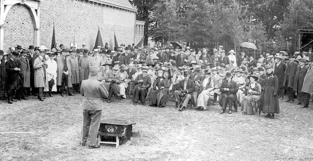 Foto van de opening van het Nederlands Openluchtmuseum. De openingsrede werd gehouden door generaal F. A. Hoefer, voorzitter van de Vereeniging Het Nederlandsch Openluchtmuseum, ter gelegenheid van de opening van het Nederlands Openluchtmuseum op 13 juli 1918. Foto: Nederlands Openluchtmuseum.
