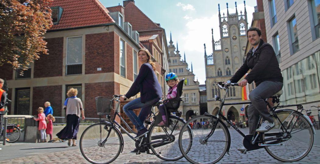 Ook over de grens kun je fijn fietsen. Veel Duitse steden hebben ook een prima netwerk van fietspaden, zoals hier in Münster. Foto: Presseamt Münster / Britta Roski.
