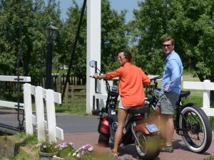 Cross op een chopper door Volendam
