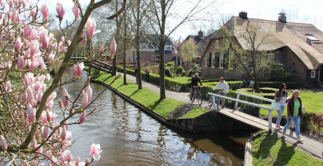 Ga wandelen of fietsen langs het water. Foto:  Giethoorn.com.