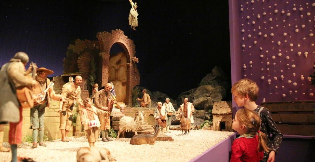 Kinderen gluren naar binnen bij de Napolitaanse kerststal tijdens het Kerstival in Museum Catharijneconvent. Foto: Museum Catharijneconvent © Kris van Veen