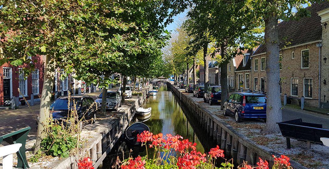 Eén van de mooiste plekken in Harlingen: Zoutsloot. En dat wil wat zeggen, want Harlingen barst van de mooie plekjes. Hier loop je tussen meer dan 500 monumenten! Foto: DagjeWeg.NL @ Tonny van Oosten