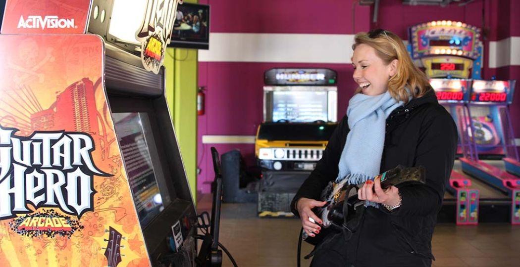 Speel Guitar Hero en andere games in arcadehal Funland, aan de boulevard in Scheveningen. Foto: DagjeWeg.NL, Coby Boschma.