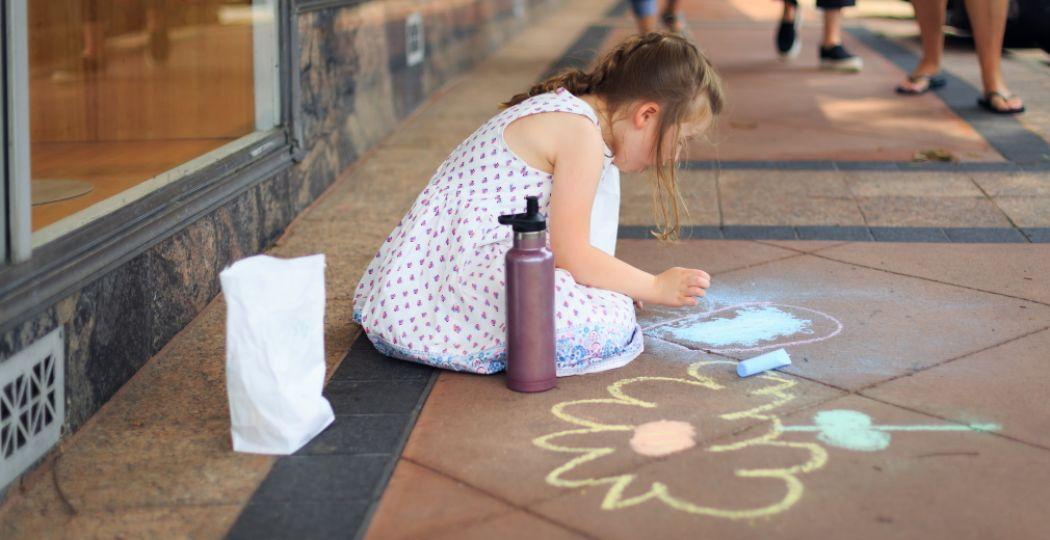 Spread joy! Stoepkrijten brengt positiviteit op je stoep, in de straat of in je tuin. Foto: Pexels.com.