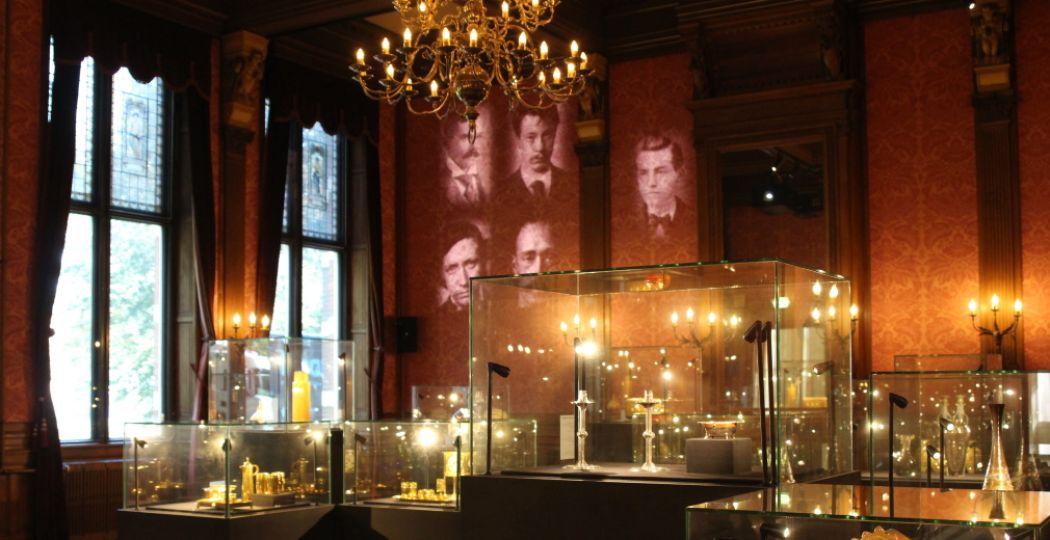 De vaste collectie Kunst 1885-1935. Een prachtige klassieke ruimte met romantische schilderijen, statige kroonluchters en luxe voorwerpen. Foto: DagjeWeg.NL.