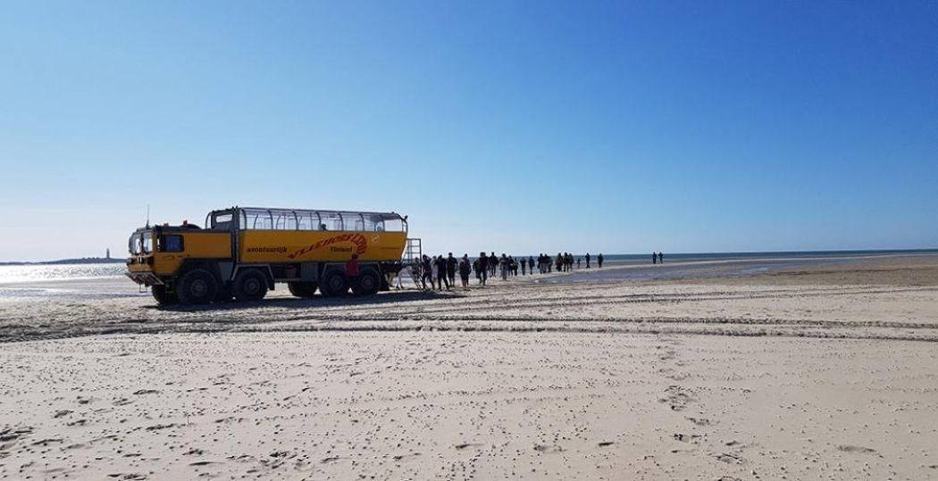 Met de Vliehors Expres over de enorme zandplaat van West-Vlieland. Zeehonden spotten en dan weer instappen voor de volgende stop: het Drenkelingenhuisje. Foto: DagjeWeg.NL © Tonny van Oosten